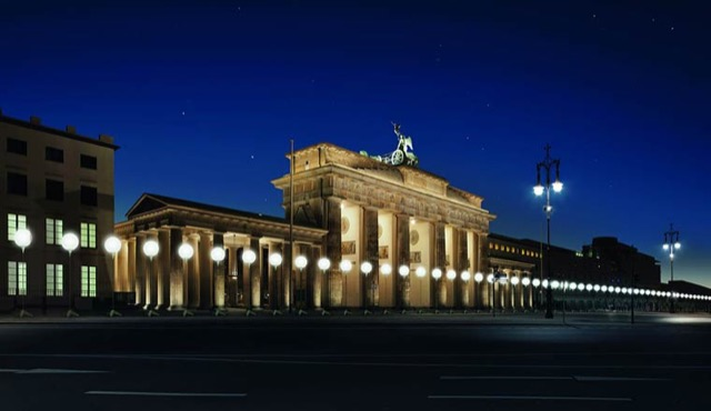 berlin-wall-glowing-balloons-1