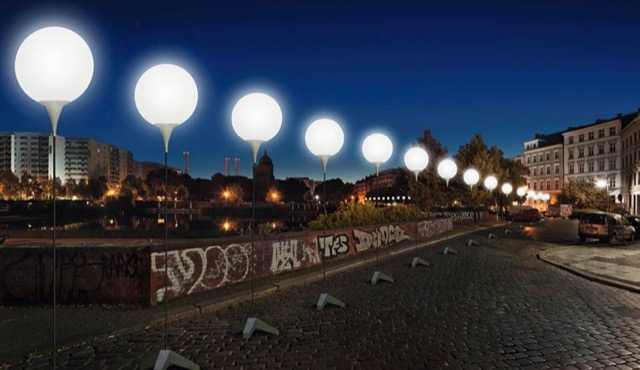 berlin-wall-glowing-balloons-3