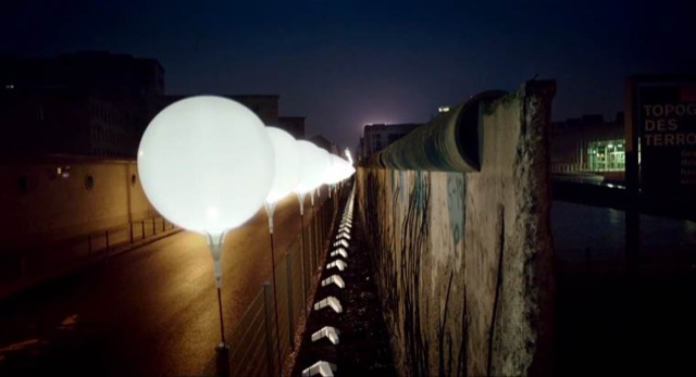berlin-wall-glowing-balloons-6