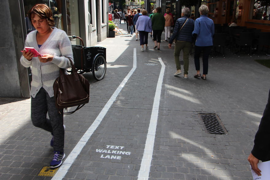 Phone-Addicts-Text-Walking-Lanes-In-Belgium (2)