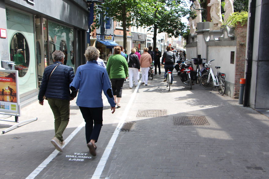 Phone-Addicts-Text-Walking-Lanes-In-Belgium (3)