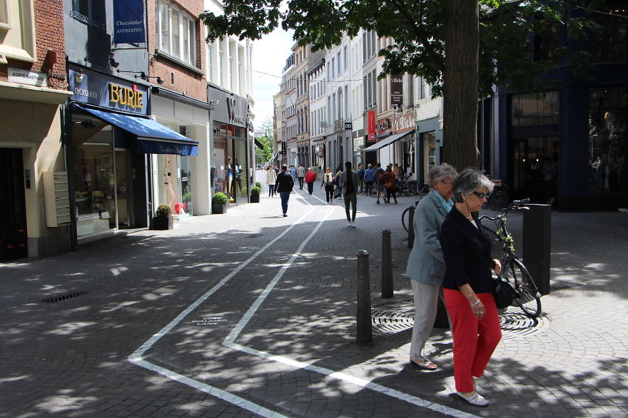 Phone-Addicts-Text-Walking-Lanes-In-Belgium (4)