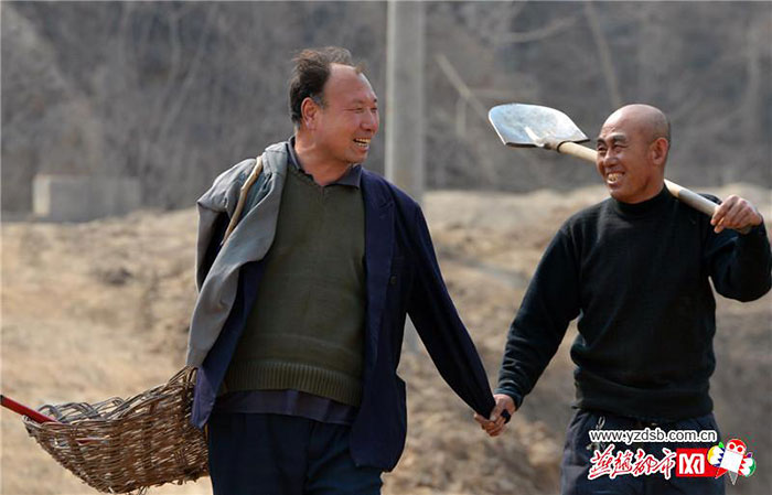blind-man-amputee-plant-10,000-trees-china (10)