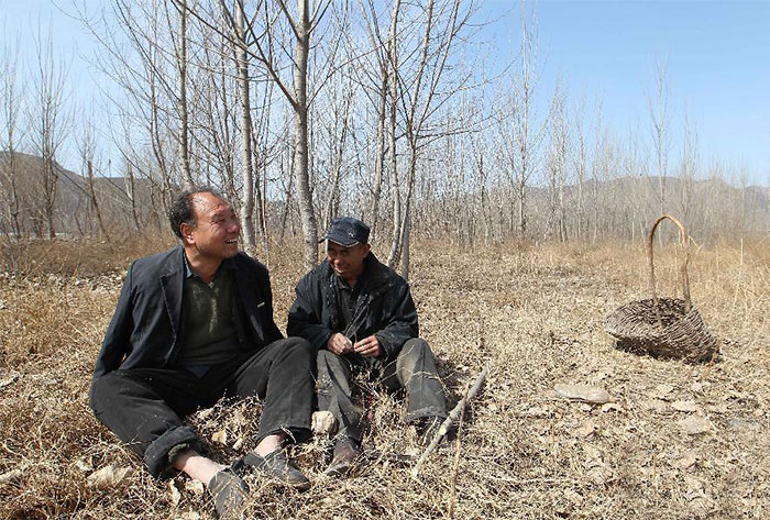 blind-man-amputee-plant-10,000-trees-china-1