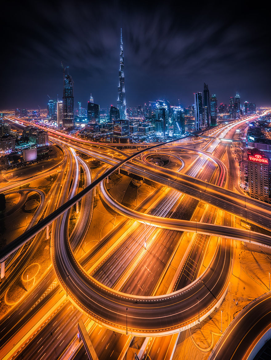 night-time-dubai-looks-like-it-came-straight-from-a-sci-fi-movie-1