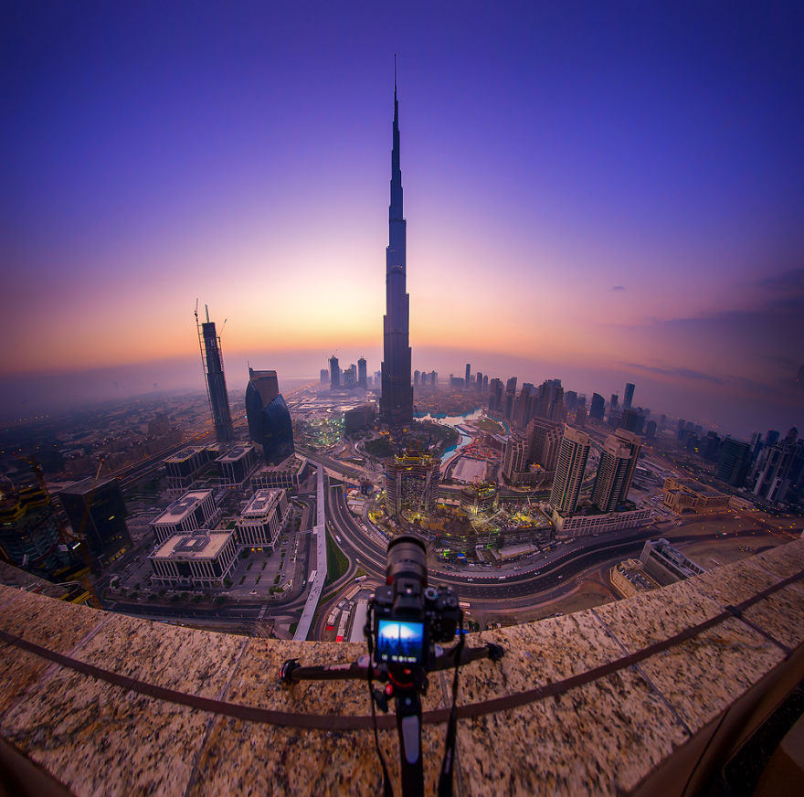 night-time-dubai-looks-like-it-came-straight-from-a-sci-fi-movie-8